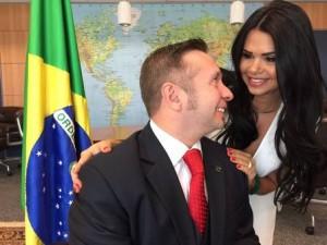 """""""Primeira-dama do Turismo"""" cria polêmica ao publicar fotos em conta pessoal"""