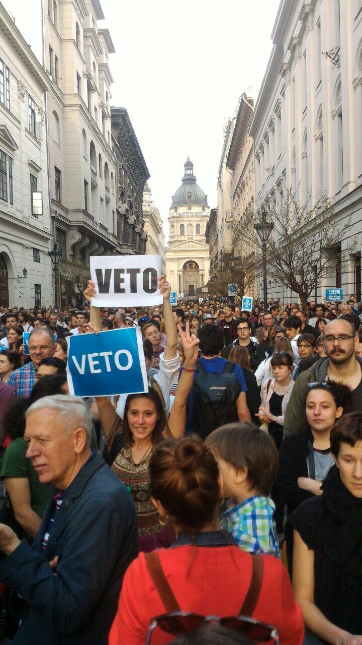 Estudantes fazem manifestação em Budapeste contra o fechamento de universidade