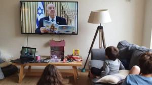 Reuven Rivlin, presidente de Israel, contando histórias para as crianças, em transmissão pela TV.